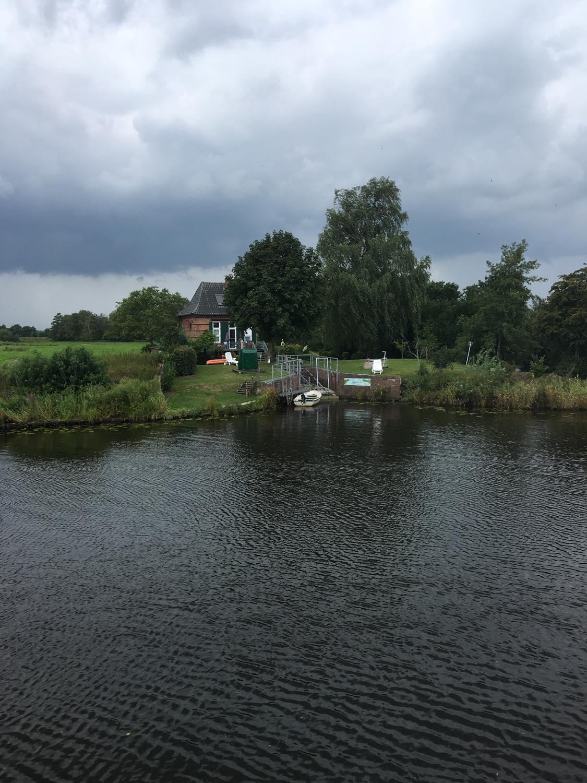 Hus ved flodbred