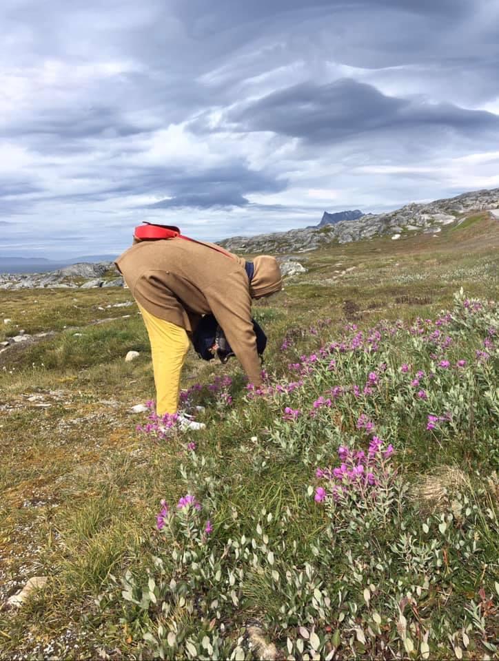Mormor plukker blomster